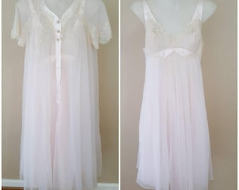 FREE SHIPPING | Vintage 1950s Hilton for Van Raalte Baby Pink Chantilly Lace and Nylon Peignoir Lingerie Set Size S