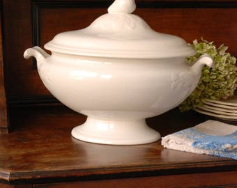 Large Ironstone Tureen. Oval. Lid with pear-shaped handle. Boch. Off-white. Soupière. Creamware.