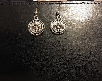 Silver tone fleur de lis earrings   D7