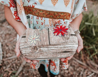 Clutch with wood pattern and handsbestickten flowers