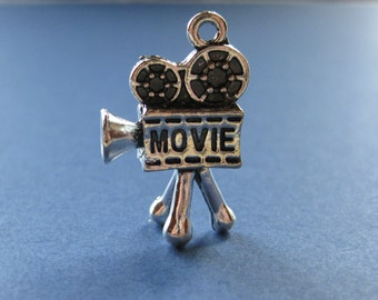 6 Movie Camera Charm - Movie Camera - Film Projector - Movies - Camera Charm - Antique Silver - 26mm x 16mm  -- (No.11-10980)
