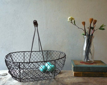 French Style Egg or Oyster Basket – Wire with a Wood Handle, Vintage Farmhouse Kitchen & Garden  Basket / 0729