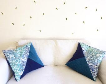 Coussin moelleux bleu et vert déhoussable, motif original imprimé en sérigrapahie artisanale.