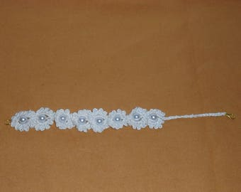 Crochet bracelet beige with flowers and pearls