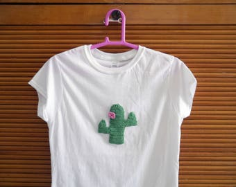 Woman white T-shirt embroidered with cactus and pink flower
