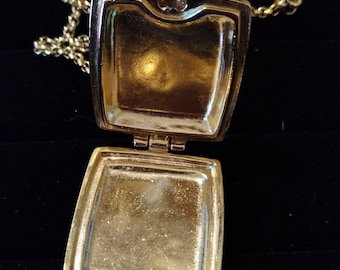 Gorgeous  Vintage Photo Locket Pendant Necklace, gold tone.