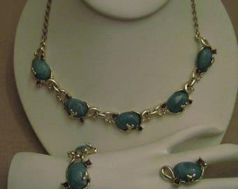GREEN THERMOSET Purple RHINESTONES Gold Tone Metal Parure Necklace Bracelet Clip On Earrings Set Vintage