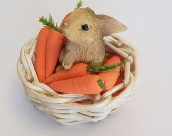Miniatur-Hase in einem Korb mit Mini Karotten, Garten Miniaturen