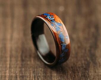 Anello di mango legno curvato, fiancheggiata da makassar ebano e lapis lazuli pietra intarsio anello di legno di mango