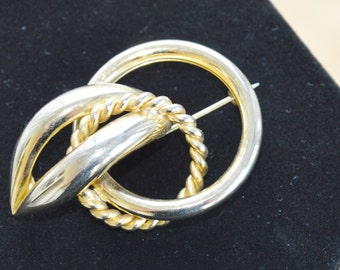 Pretty Vintage Gold tone Knot Brooch