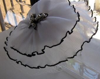 Weiß Chiffon Blume Schmetterling Pin Fascinator Hut mit Schleier und Pearl Stirnband, für Hochzeiten, Partys, besondere Anlässe
