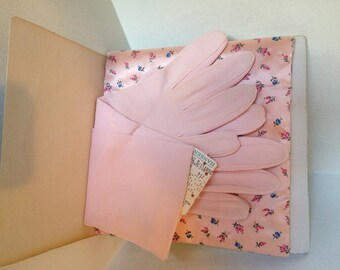SALE----DEAD STOCK - Vintage Ladies Gloves with Glove Pouch / Light Pink / Floral Print - By Hansen - Size 8 1/2