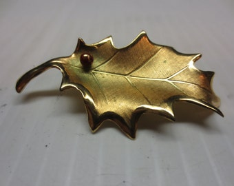 Rare Giovanni Christmas Gold Holly Leaf With Red Berry Pin Brooch