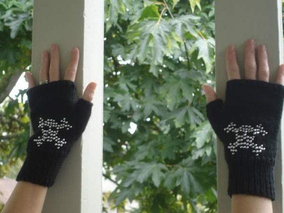 Guantes sin dedos negros con el patrón de punto del grano