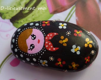 Magnet magnet Pebble depicting a matryoshka nesting doll hand painted