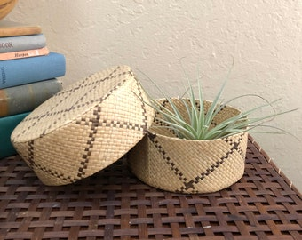 Straw basket with lid