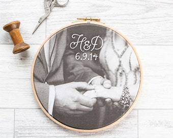 "Cotton anniversary gift: Your photo in 7"" wooden hoop and embroidered with monogram and date"
