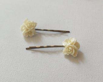 Set of 2 beige flower hair clips