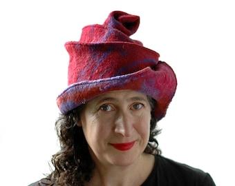 Berry Gefilzte Cloche in rot und lila wolle mit organischen geformten Rand und spiralförmigen Korkenzieher auf Top - böhmischen Fantasy Hut für Festivals