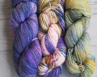 S'estomper lot de 3-sucre prune Cottage, sud du manoir, jetée teintée à la main fil / / laine à chaussette / / Superwash doigté écheveau