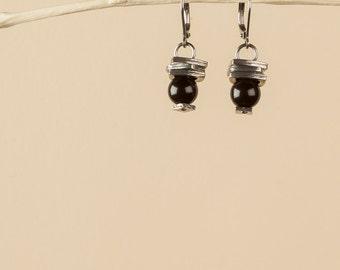 Boucles d'oreilles noires, petits rectangles étain, billes 8mm de verre noires opaques, crochets fermés acier inoxydable, cadeau pour femme