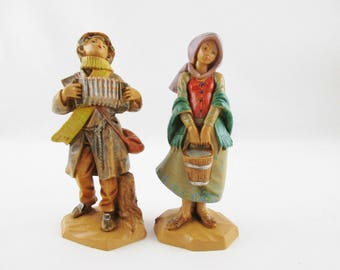 Two 'Fontanini' Simonetti - Figures - Boy With Squeeze-box - Girl With Bucket - Collectible Figurines - Italy - Simonetti Mark