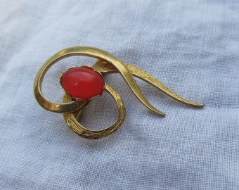 Vintage Dainty Swirling Ribbon Brooch with Coquelied Coloured Stone
