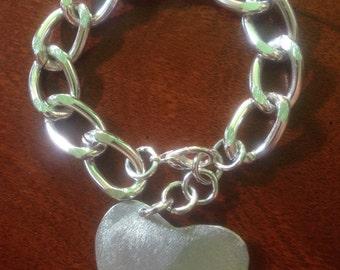 Aluminium bracelet with heart pendant