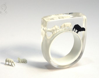 Black sheep – extraordinary sheep ring with a black and two white mini-sheeps on a white ring made of resin