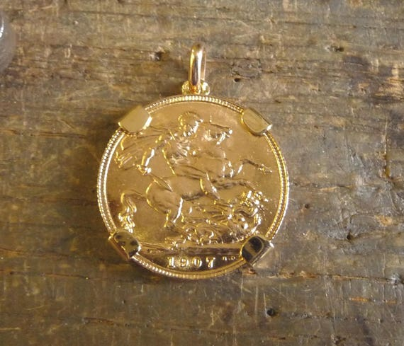 Pendant 4 claws gold piece with gold sovereign aloadofball Images