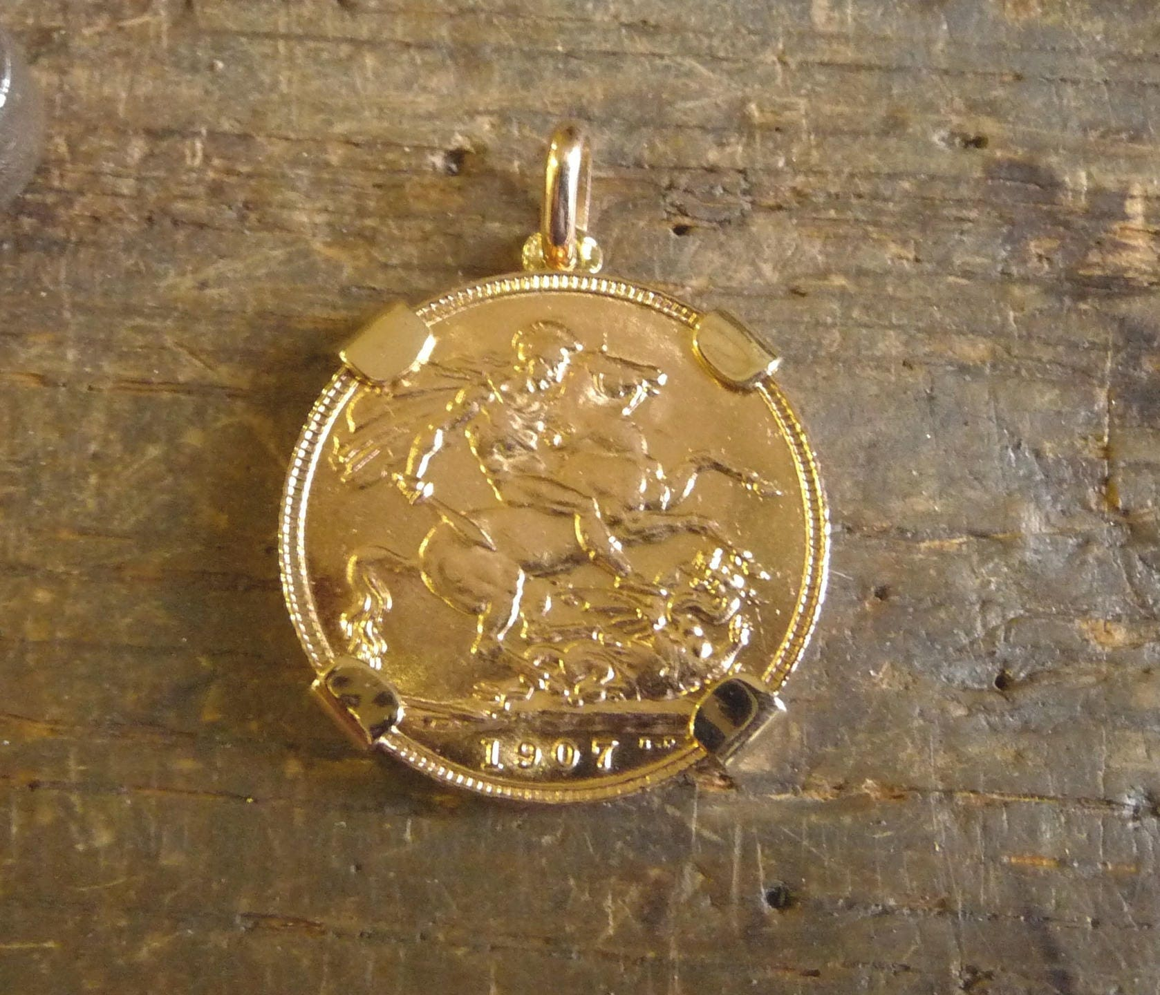 Pendant 4 claws gold piece with gold sovereign zoom aloadofball Image collections