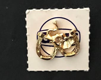 Vintage 1968 gold tone Gulf Oil Republican good luck elephant horseshoe pin giveaway on card