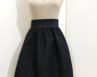 Curled skirt with elastic band at waist