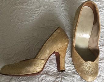 1940s vintage gold thread satin pumps. Wedding bridal evening shoes