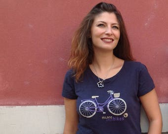 "T-Shirt ""Milan likes bikes"" Navy V-neck in organic cotton for women and girls, illustration by Milan Icons, serigraphy print"