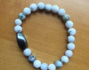 Gray/white serpentine elastic bracelet with hematite
