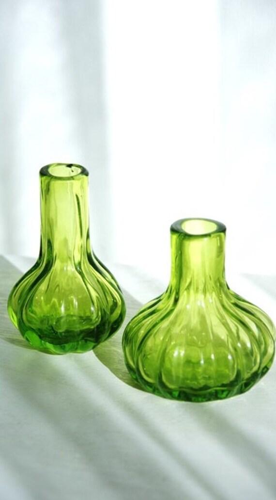vases vintage en verre teint souffl vert mousse forme de. Black Bedroom Furniture Sets. Home Design Ideas