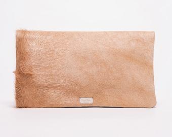 Sac à main pochette Trinity/ avec bandouilère détachable/ extérieur fourrure cow beige # 61/ intérieur cuir  brun chocolat # 62