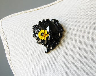 Vintage Signed Alice Caviness Brooch 1950s Black Faceted Stones with Yellow Enamel Flower Japanned Black Enamel