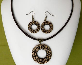 Pendant set round earrings in chestnut wood engraved ethnic style