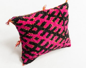 "Talsint | Vintage Moroccan Berber Cushion | Fucsia | 1' 2"" x 1' 4"" | 35 cm x 40 cm"