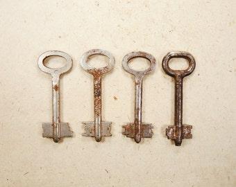 Vintage Metal Key - Rusty keys - Steampunk Supplies - Set of 4 - k36