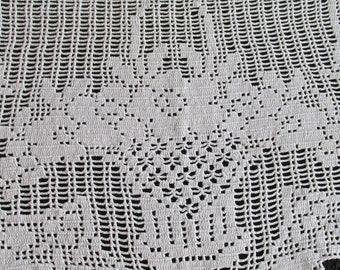 D45 – Vintage Filet Crochet Needlework Floral Basket Bouquet Anti Macassar Doily