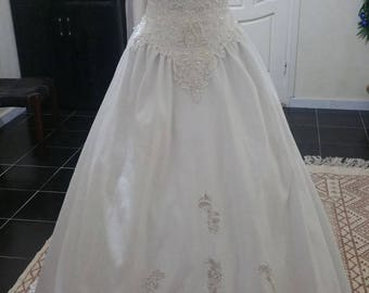 Elegant dress of white satin wedding, pearls and lace wedding dress