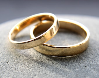 3mm + 4mm 18ct yellow gold wedding ring set, polished to shiny finish, featuring flat profile - made to order from recycled gold