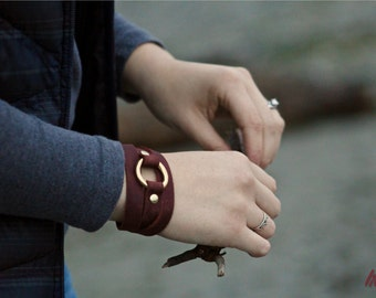The Saddle String Bracelet with Brass Ring - Black, Red, Brown Leather