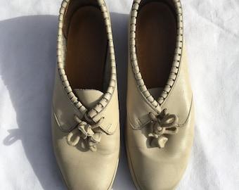 Size 3/4 Cute 1960s lace up shoes