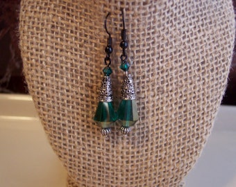 Green swavorski crystal earrings with a vintage finding, green vintage dangle earrings, pewrer dangle earrings, vintage pewter earrings
