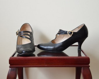 Heart shaped box shoes // Vintage 80's black leather mary jane shoes heels sandals 7 7.5