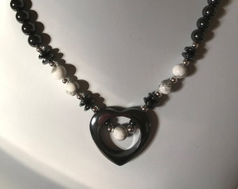 Collier coeur ouvert hématite fait à la main avec des Accents de Howlite
